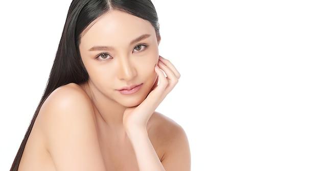 清潔で新鮮な肌、フェイスケア、フェイシャルトリートメント、美容、美容コンセプト、アジアの女性の肖像画を持つ美しい若いアジアの女性。