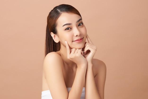清潔で新鮮な肌、フェイスケア、フェイシャルトリートメント、美容、美容を持つ美しい若いアジアの女性