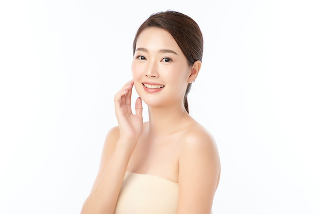 깨끗하고 신선한 피부, 얼굴 관리, 페이셜 트리트먼트, 미용, 아름다움을 가진 아름 다운 젊은 아시아 여자.