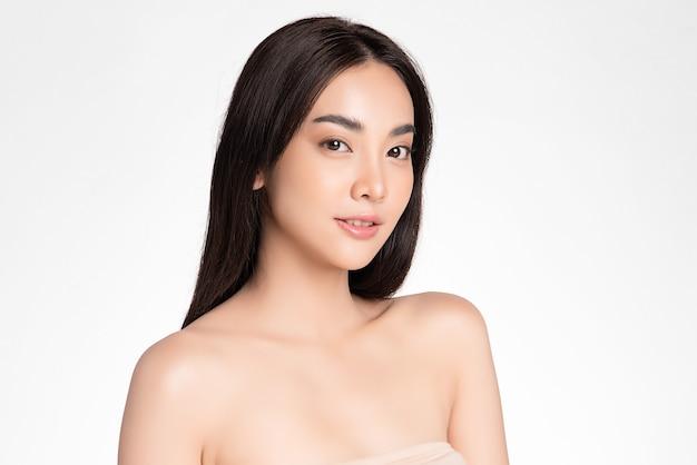 분홍색 배경, 얼굴 관리, 페이셜 트리트먼트에 깨끗한 신선한 피부를 가진 아름 다운 젊은 아시아 여자. 미용, 미용 및 스파. 아시아 여성 초상화