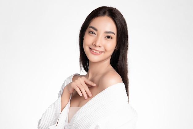 Красивая молодая азиатская женщина с чистой свежей кожей, на розовом фоне, уход за лицом, уход за лицом. косметология, красота и спа. азиатский женский портрет