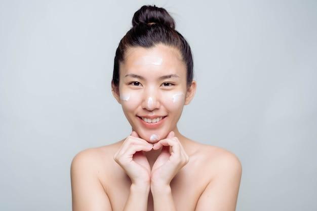 白い背景のきれいな新鮮な肌を持つ美しい若いアジアの女性。アジアの女性の肖像画。