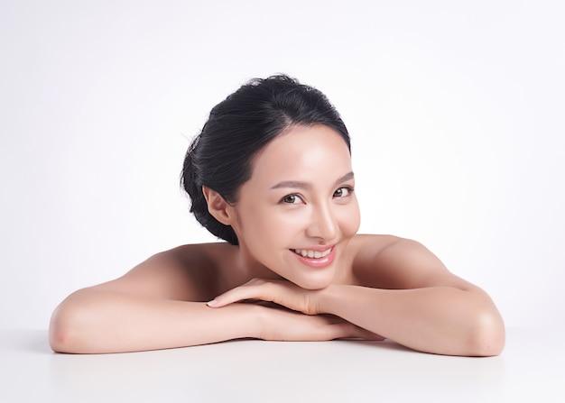 白い背景、顔のケア、フェイシャルトリートメント、美容、美容、スパ、アジアの女性の肖像画の清潔でさわやかな肌を持つ美しい若いアジア女性