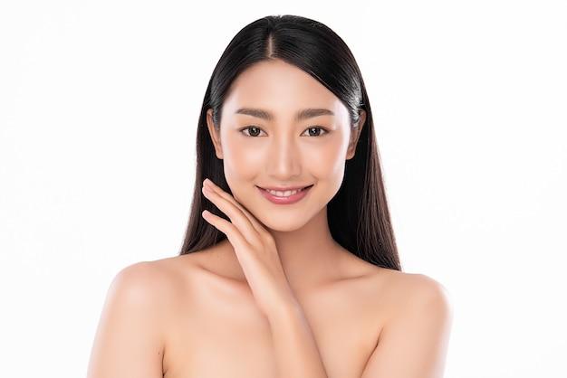 白い背景、フェイスケア、フェイシャルトリートメント、美容、美容とスパ、アジアの女性の肖像画にきれいな新鮮な肌を持つ美しい若いアジアの女性