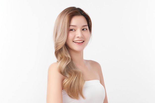 白い背景、フェイスケア、フェイシャルトリートメント、美容、美容とスパ、アジアの女性の肖像画にきれいな新鮮な肌を持つ美しい若いアジアの女性。 Premium写真