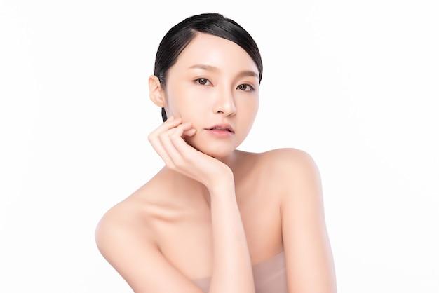 깨끗하고 신선한 피부를 배경으로 한 아름다운 젊은 아시아 여성, 얼굴 관리, 얼굴 치료, 미용, 미용 및 스파, 아시아 여성 초상화.