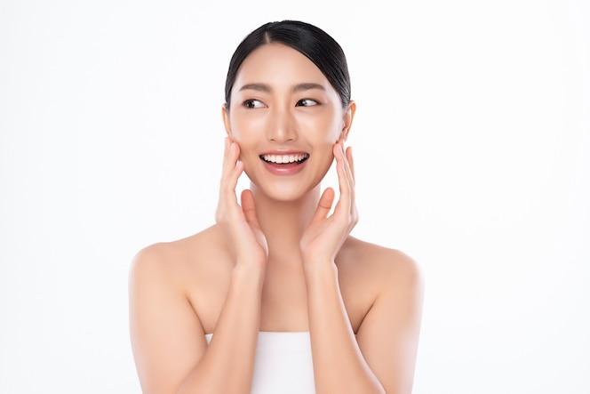 Красивая молодая азиатская женщина с чистой свежей кожей на белой предпосылке, уходе за лицом, уходом за лицом, косметологии, красоте и спа, портрете азиатских женщин.