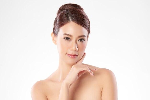 白い背景のきれいな新鮮な肌を持つ美しい若いアジアの女性