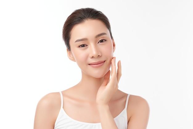 흰 벽, 얼굴 관리, 페이셜 트리트먼트, 미용, 미용 및 스파, 아시아 여성 초상화에 깨끗하고 신선한 피부를 가진 아름 다운 젊은 아시아 여자.