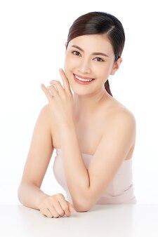 흰색에 깨끗하고 신선한 피부와 아름 다운 젊은 아시아 여자