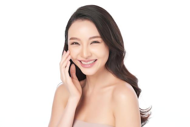 白地にきれいな新鮮な肌を持つ美しい若いアジアの女性