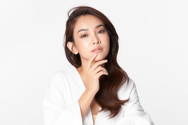 Whitebのきれいな新鮮な肌を持つ美しい若いアジアの女性