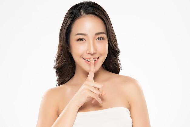 깨끗 하 고 신선한 피부를 가진 아름 다운 젊은 아시아 여자