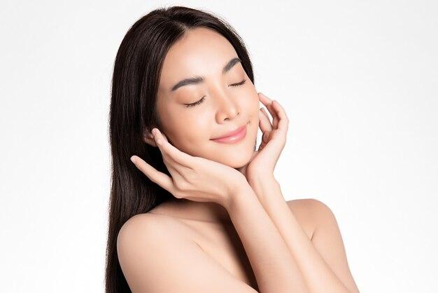 Красивая молодая азиатская женщина с чистой свежей кожей