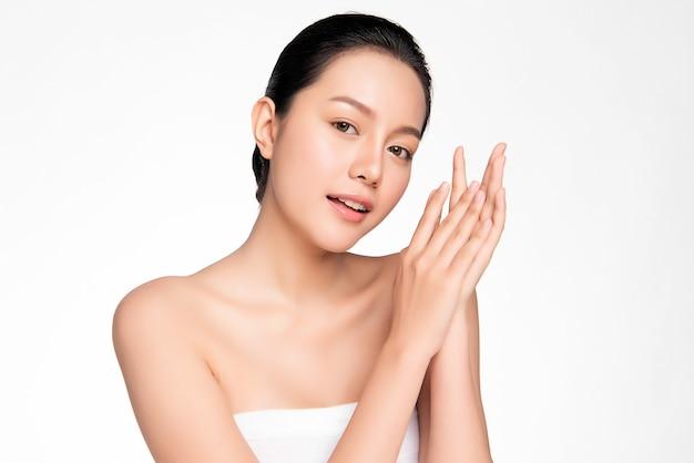 きれいな新鮮な肌を持つ美しい若いアジアの女性