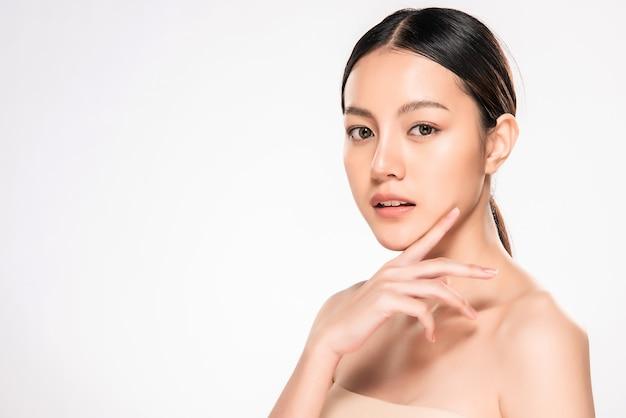 깨끗 하 고 신선한 피부를 가진 아름 다운 젊은 아시아 여자 프리미엄 사진