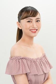 Красивая молодая азиатская женщина с безупречной кожей и длинными волосами