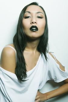Красивая молодая азиатская женщина с идеальной кожей и черной помадой, модная фотосессия