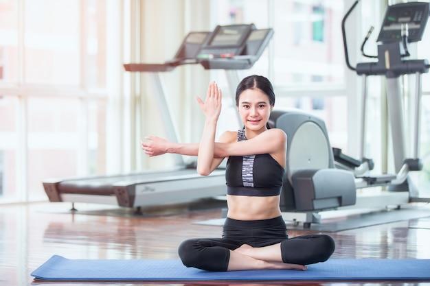 체육관에서 운동을 아름다운 젊은 아시아 여성