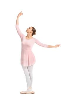 Красивая молодая балерина на белом фоне