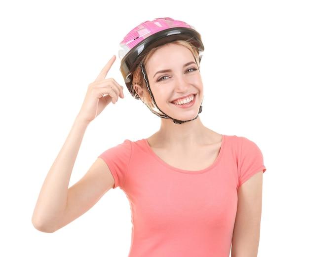 孤立したヘルメットを持つ美しい若い自転車ライダー