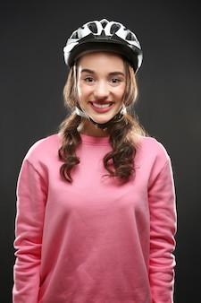 Красивый молодой велосипедист в шлеме на темноте