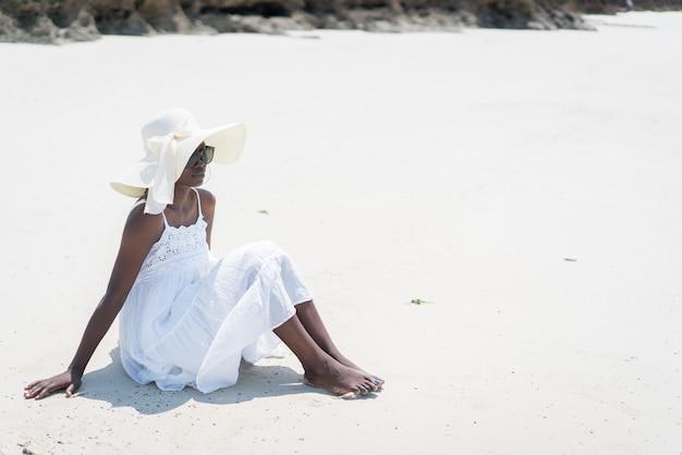 Красивая молодая чернокожая афро-американская женщина на тропическом пляже