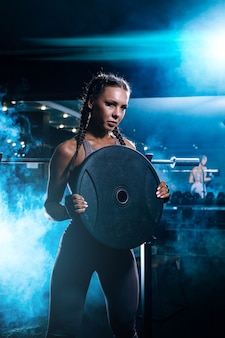 Красивая молодая черная спортсменка в тренажерном зале