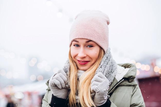 Красивая молодая блондинка женщина на рождественской ярмарке