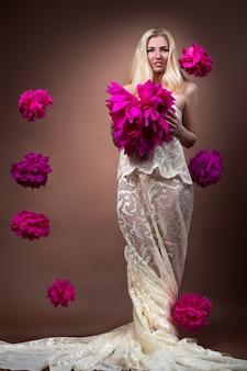 Красивая молодая блондинка в шикарном платье