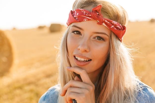 머리 띠에 아름 다운 젊은 금발 소녀