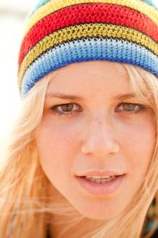 래스터 모자에서 아름 다운 젊은 금발 소녀