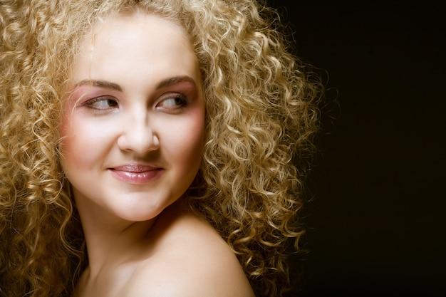 Красивая молодая блондинка с вьющимися волосами