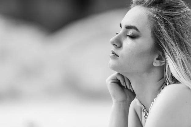 Красивая молодая блондинка солнечный портрет