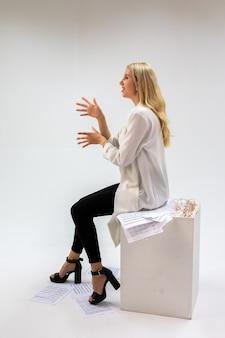 Красивая молодая блондинка женщина с нотами на белом фоне