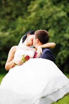 Красивая молодая невеста и жених в любви