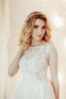 豪華なウェディングドレスの美しい若い花嫁