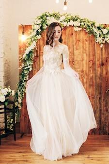 고급스러운 웨딩 드레스에 아름 다운 젊은 신부