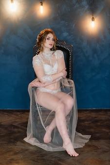 Красивая молодая невеста в белом белье.