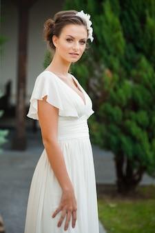 ウェディングドレスの美しい若い花嫁