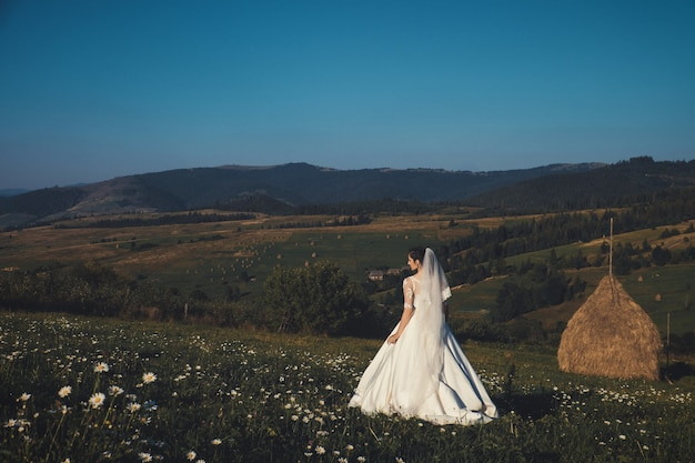 Красивая молодая невеста на открытом воздухе в лесу.