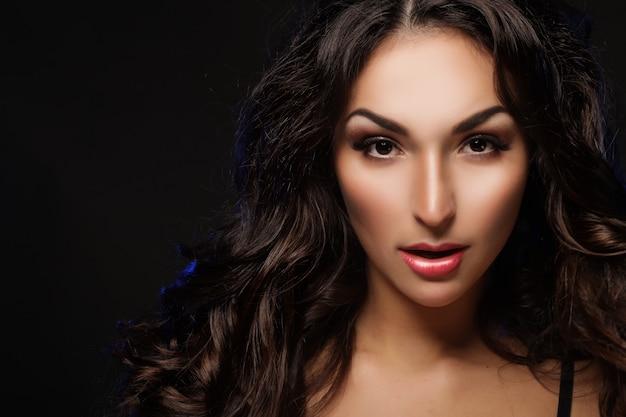 Красивая молодая брюнетка женщина с длинными черными вьющимися волосами