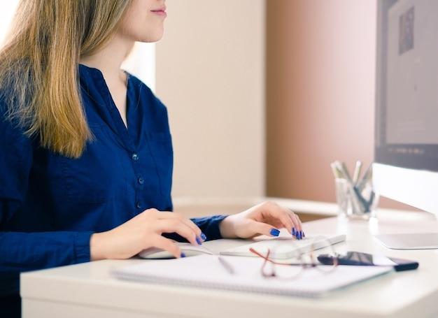 가정, 사무실에서 컴퓨터를 사용 하여 생각하는 아름 다운 젊은 비즈니스 여자.
