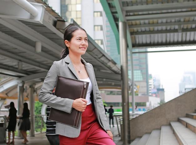 外に歩く美しい若いビジネス女性。