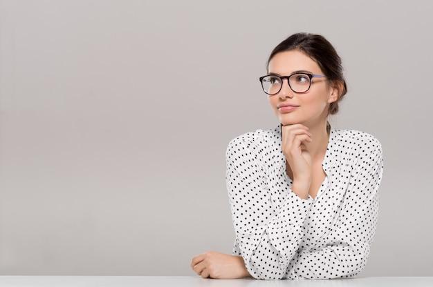 眼鏡をかけている美しい若い実業家