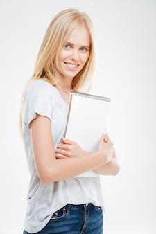 흰 벽에 격리된 아름다운 젊은 캐주얼 소녀 노트북