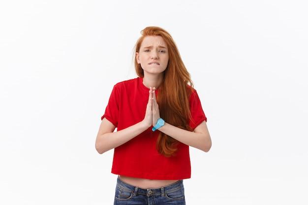 ナマステや祈りで手を繋いでいる美しい若い白人女性、ヨガの練習中は目を閉じたままにします。