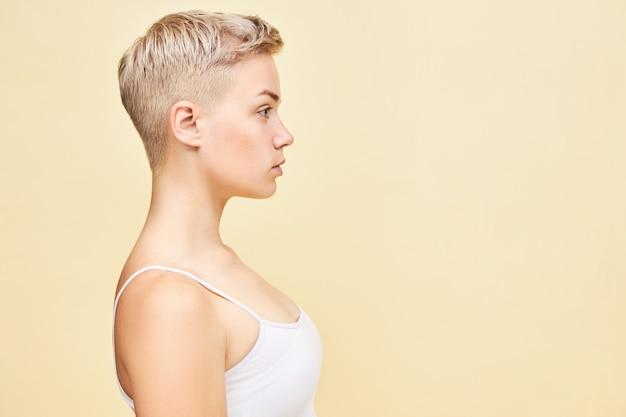 Bella giovane donna caucasica con taglio di capelli pixie fanciullesco