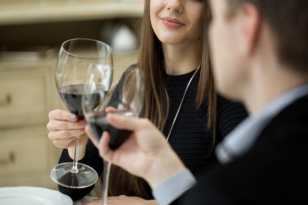 ロマンチックなディナーで美しい若いカップル