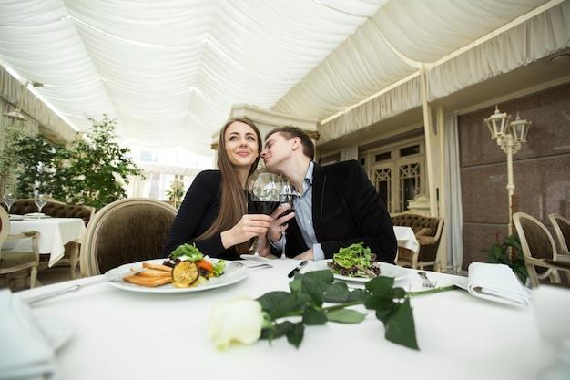 Красивая молодая пара на романтическом ужине